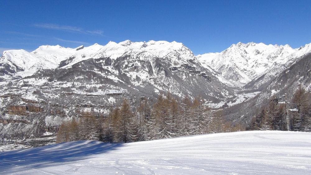 Vue sur la vallée de Champoléon depuis le domaine skiable de Serre-Eyraud - © Stéphane GG