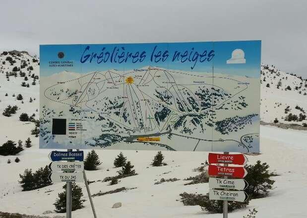 Dernière journée de ski, la station ferme ce week-end, ciel nuageux. Nous étions trois skieurs sur le domaine  l'après midi et je ne sais par quel hasard, nous nous sommes retrouvés au même titre fesses au même moment.