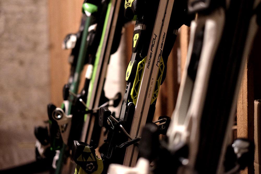Pre uskladnenie lyží sú vhodné suché, temné priestory s konštantnou teplotou. - © Skiinfo