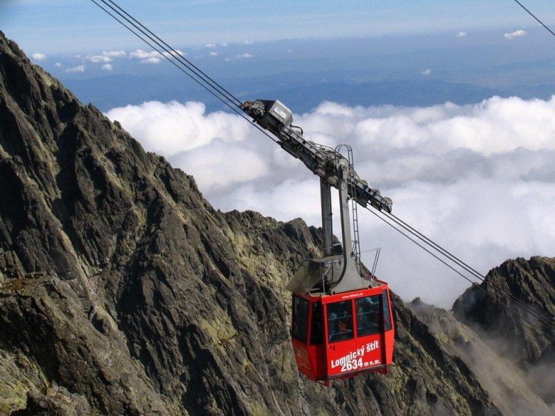 Visutá červená lanovka vás dopraví až na Lomnický štít - © TMR