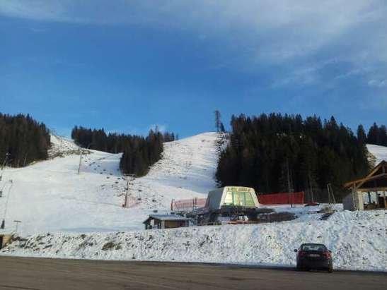 21 dicembre Monteverena. Unico impianto aperto cima aquila. Neve artificiale con qualche lastra di ghiaccio, meglio di niente...
