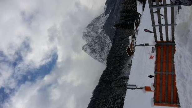 einen wundervollen Tag im Garmisch classic gehabt! abwechselnd sonne und schnee, tolle pistenverhältnisse, gegen spätmittag teils kleine eisflächen aber selbst für anfänger mit spaß zu meister! :) alpspitzbahn für snowboarder leider eine enttäuschung da viel ziehpiste dabei ist :/ gerne wieder!