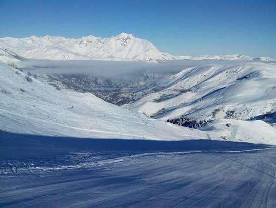 Hier,  toutes pistes ouvertes,  neige parfaite, que du soleil, aucune attente aux remontées (samedi).