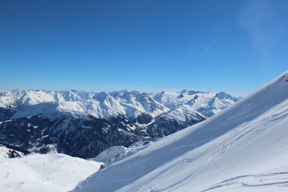Ein Blick über die endlosen Berge - © Skiinfo.de
