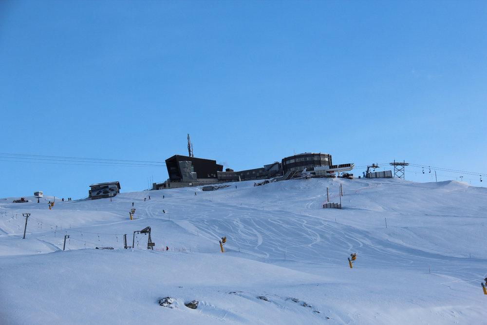 Die Bergstation Crap Sogn Gion ist der zentrale Dreh- und Angelpunkt des Gebiets - © Skiinfo.de