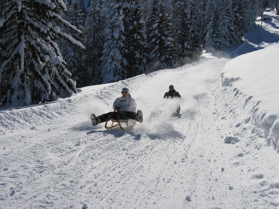 Rodeln macht hier besonders viel Spaß - © André Strasser - Skilifte Mörlialp AG