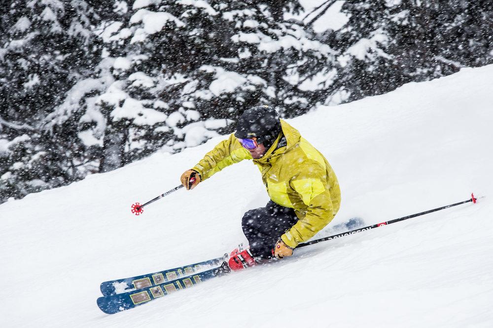 Tester des skis de piste un jour de poudreuse, la vie est véritablement injuste... - © Liam Doran