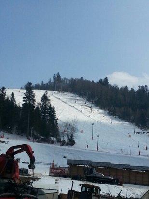 La Bresse Hohneck - Bon après midi de snow à la bresse. Bonne glisse en haut mais neige très lourde en bas. Beaucoup de tas de neige sur les pistes surtout dans le bas.  - © D'jil