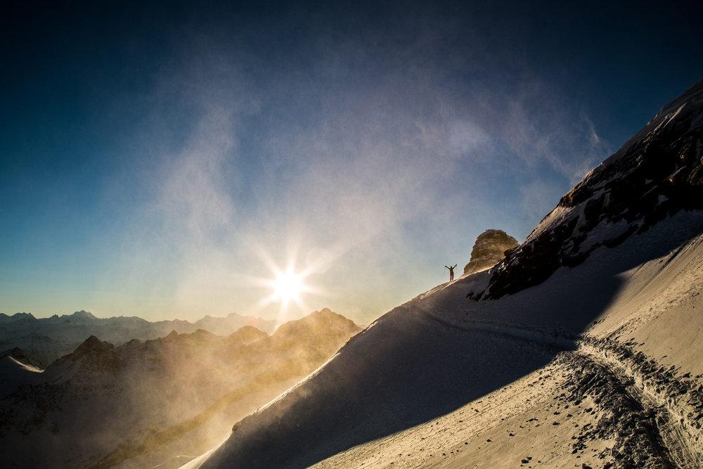 Schnee, Wind und Sonnenuntergang - es gibt doch nichts Schöneres als einen langen Tag am Berg und eine Abfahrt im goldenen Licht