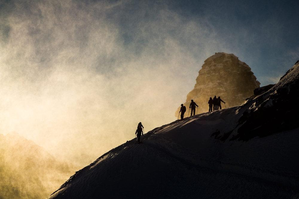 Aufsteiger im Gegenlicht im Wallis