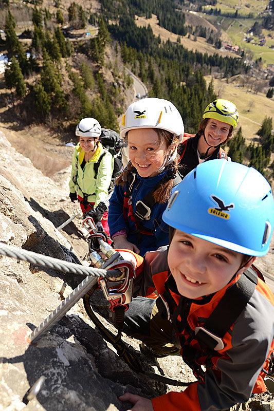 Kinder im SALEWA Klettersteig - © SALEWA Klettersteig/ Fotograf: Patrick Jost