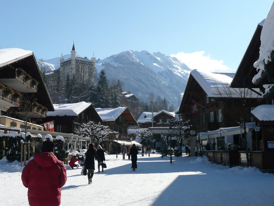 Shopping dans les rues commercantes de Gstaad - © Gstaad Saanenland Tourismus