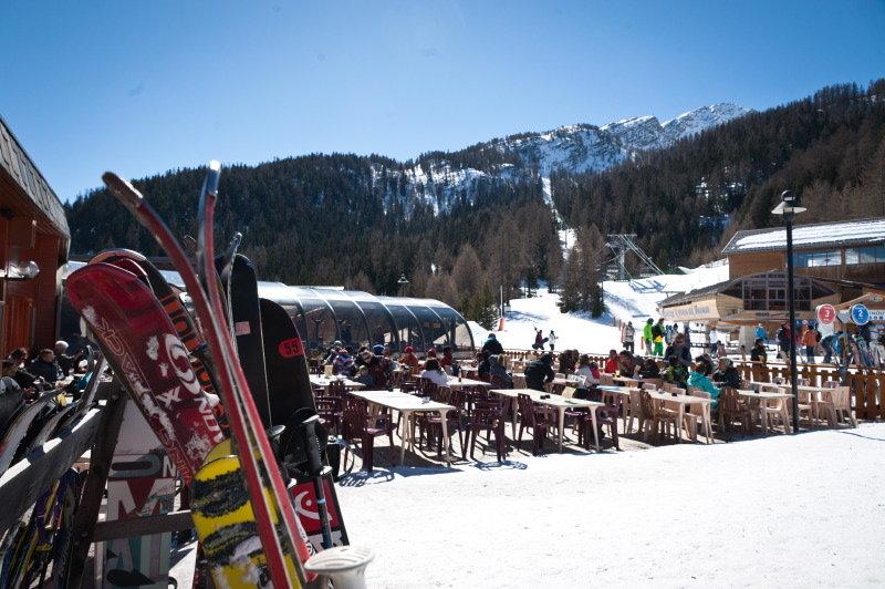 Pause déjeuner en terrasse sous le soleil des Karellis - © Office de Tourisme des Karellis
