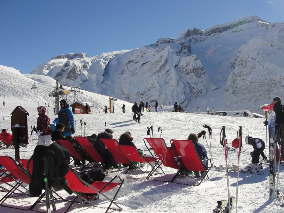 La fameuse pause vin chaud en terrasse avant de repartir à l'assaut des pistes de ski de Pralognan la Vanoise - © Office de Tourisme de Pralognan la Vanoise