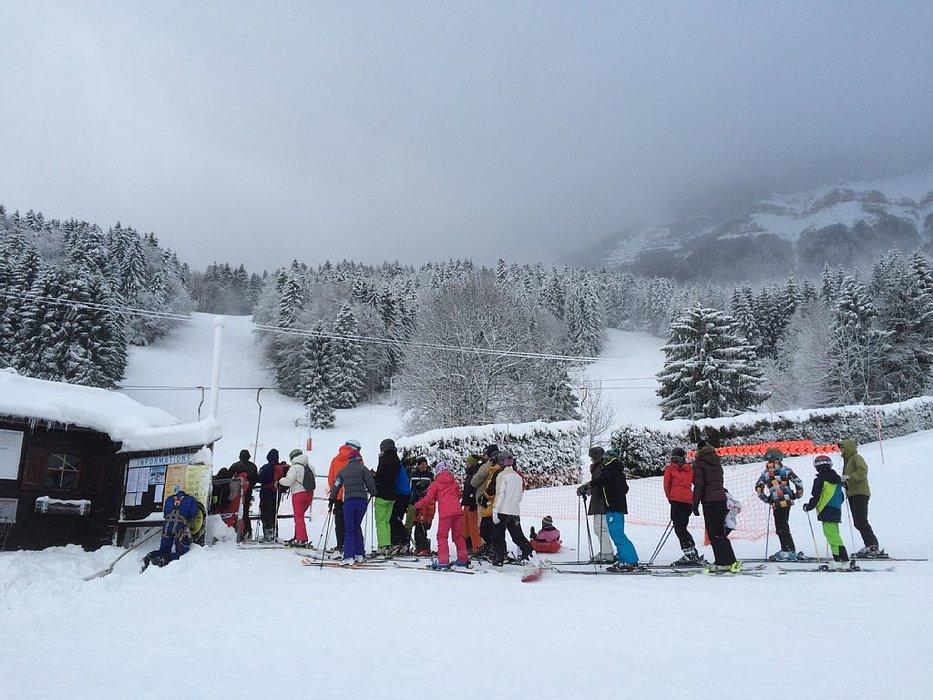 C'est l'affluence des grands jours sur le domaine skiable de saint hilaire du touvet