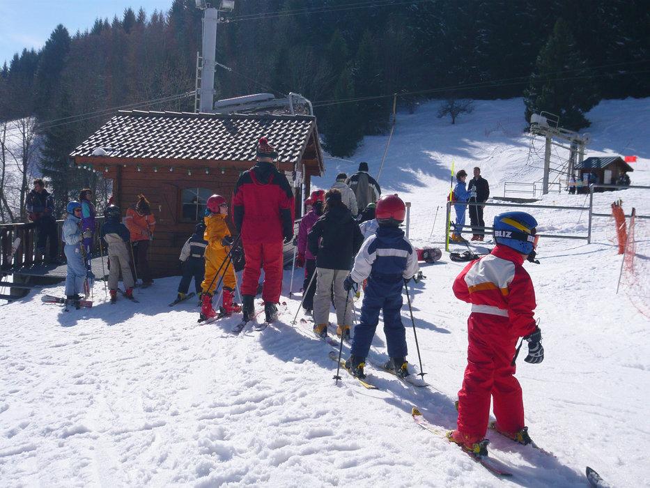 Apprentissage du ski sur les pistes de Saint Hilaire du Touvet - © Office de Tourisme des Petites Roches