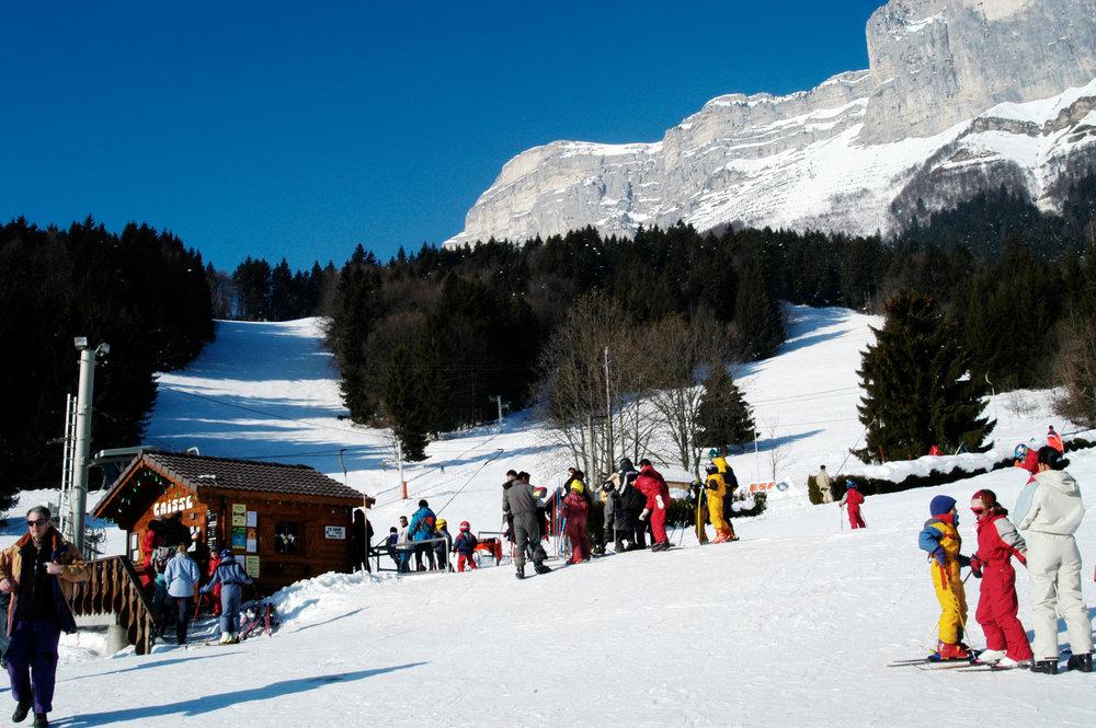 Le front de neige et le départ des pistes de ski de Saint Hilaire du Touvet - © Office de Tourisme des Petites Roches