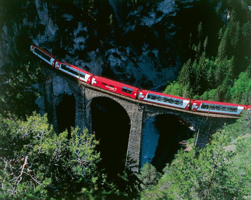 Der berühmte Glacier Express entführt die Gäste auf eine der beeindruckendsten Bahnstrecken der Welt - ©Graubünden Ferien | Rhätische Bahn
