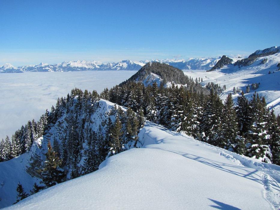 Vue sur le domaine skiable de Thollon les Memises en surplomb du Lac Léman - © OT de Thollon les Memises