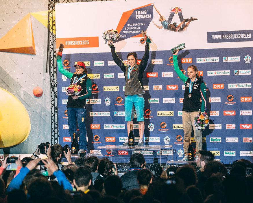 Siegerehrung in Innsbruck: Juliane Wurm gewann vor Anna Stöhr und Katha Saurwein - © Elias Holzknecht