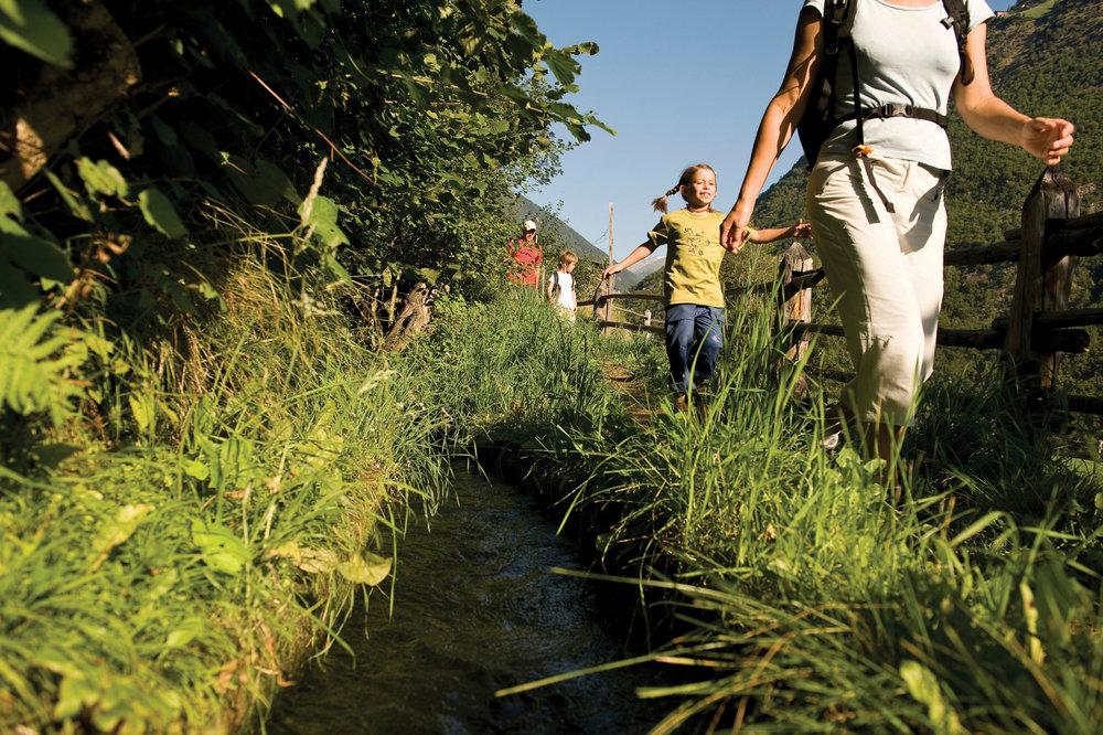 Der Vinschgau verfügt über ein ausgedehntes Netz an Waalwegen, die ohne Steigungen durch die Landschaft führen - © Südtirol Marketing/Thomas Grüner