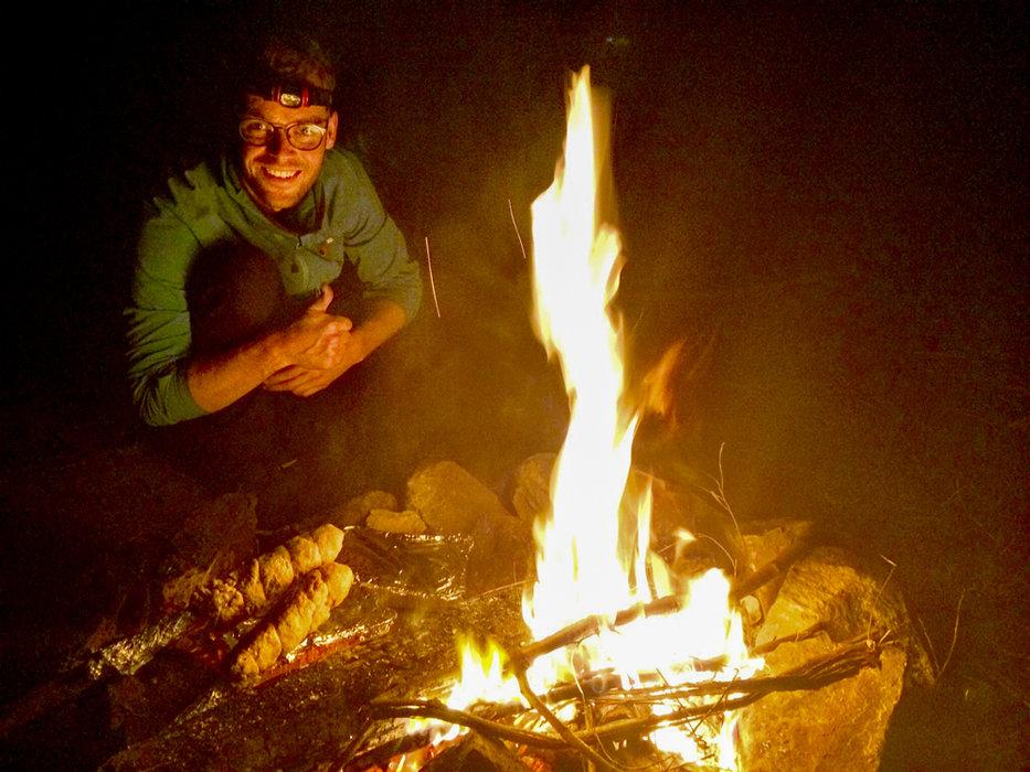 Mit dem Taschenmesser das Holz zerkleinert und ein schönes Lagerfeuer gemacht. Natürlich darf im Dunkeln auch die Stirnlampe nicht fehlen. - © Julia Mohr   Florian Reuter