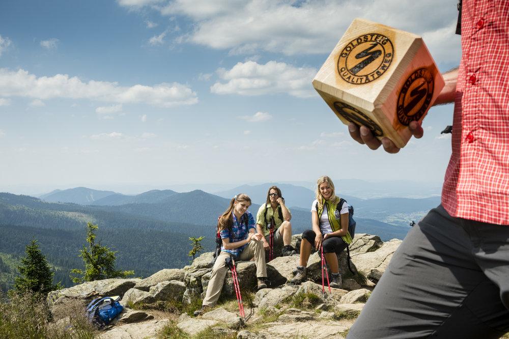 Pause am Gipfel des Großen Arber mit Goldsteig Würfel - © Andreas Hub