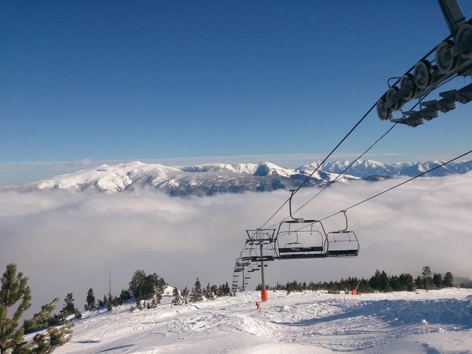 Ski au dessus de la mer de nuages sur le domaine skiable de Puyvalador - © Station de Puyvalador