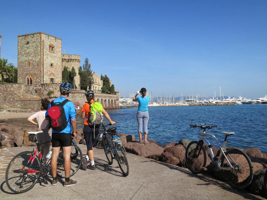 Blaues Wasser, blauer Himmel, weiße Schiffe und unendliche Radwege an der Cote D'Azur - ©Armin Herb