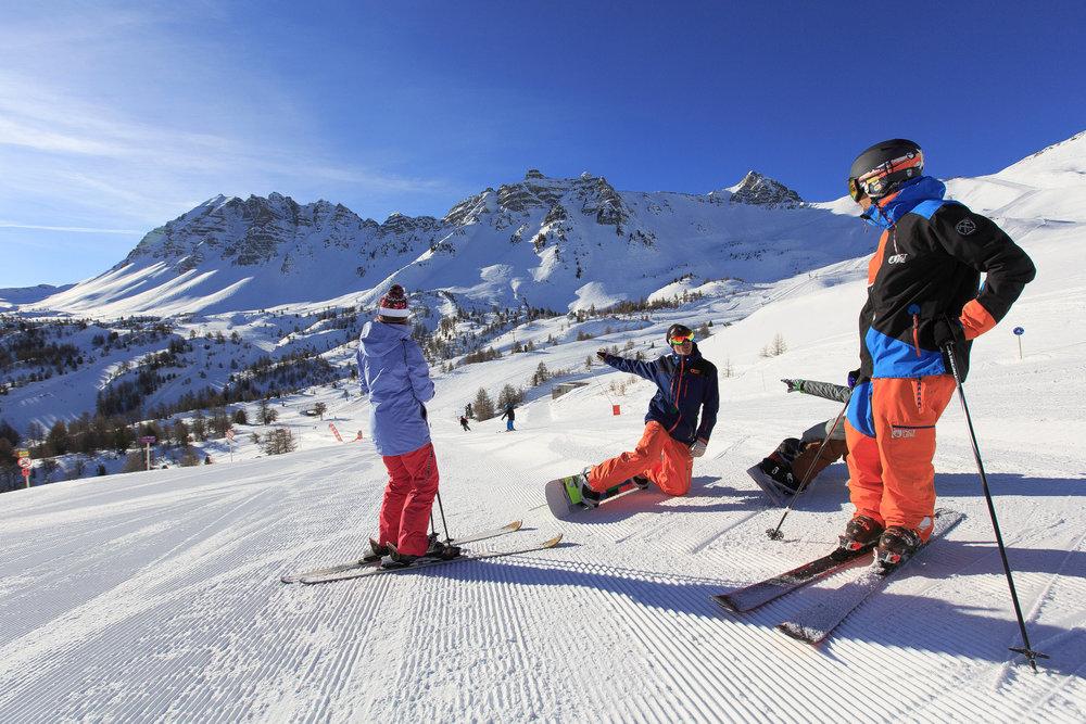 Premières descentes de ski de la journée sur le domaine de Vars la Forêt Blanche - © Scalpfoto