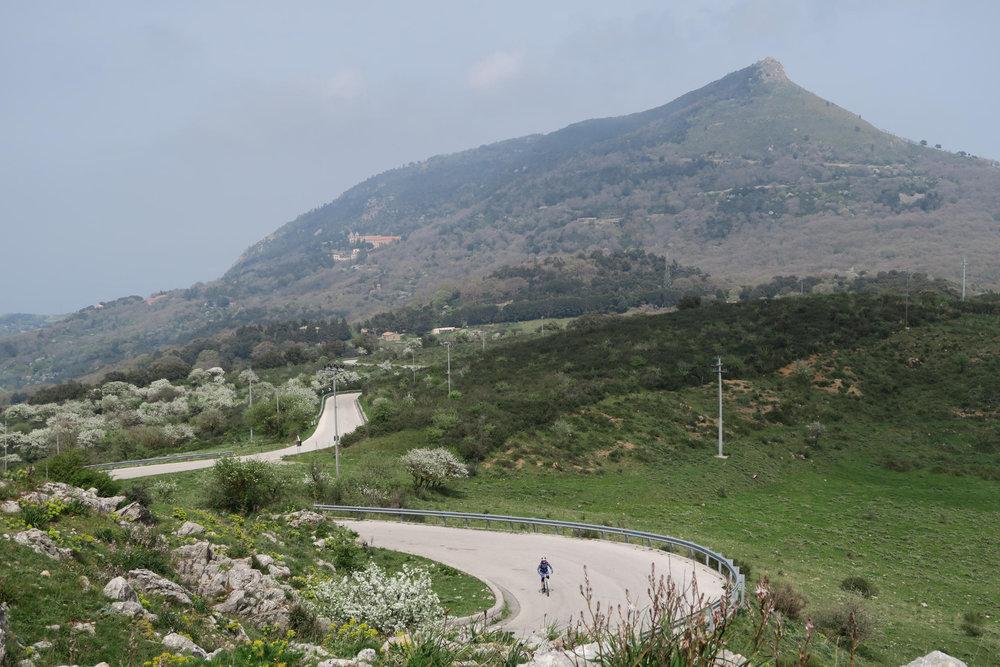 Das Bergland Siziliens lockt viele Radler - © Armin Herb
