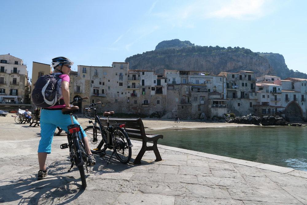 Auch mit E-Bikes lässt sich die italienische Insel perfekt erkunden - © Armin Herb