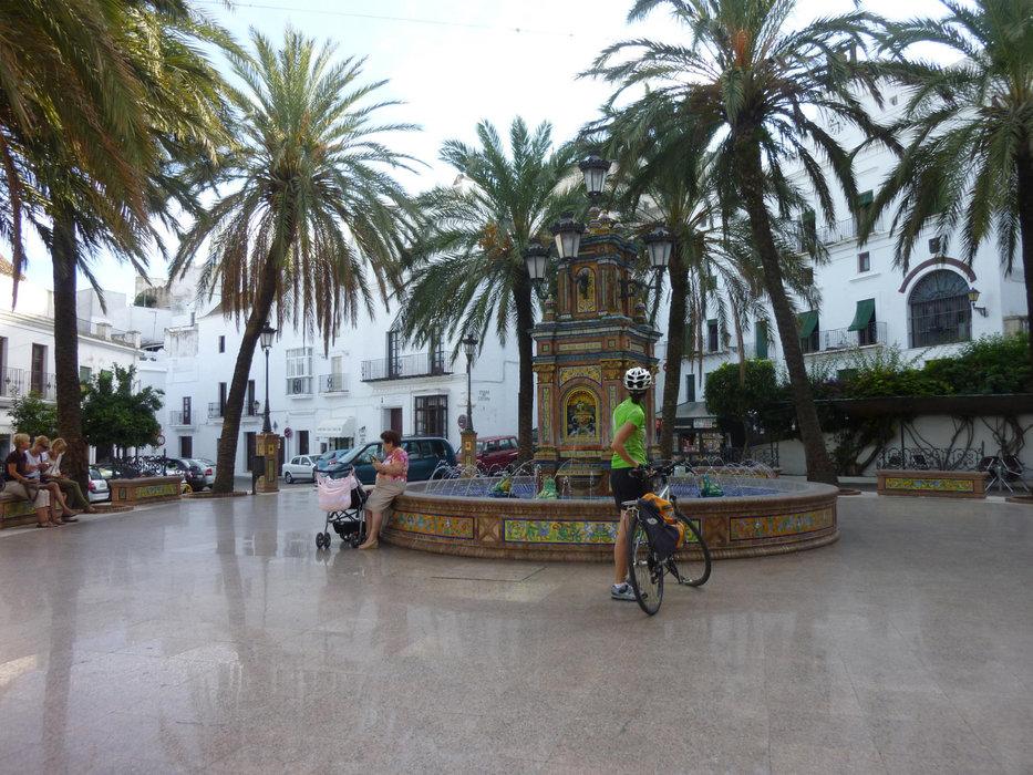 Vejer de la Frontera, spiegelglatt erscheint der Platz - © Armin Herb