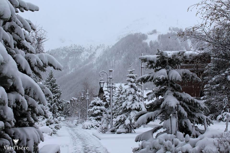 Ambiance hivernale à Val d'Isère ce matin avec quelques 20 centimètres de neige fraîche dans les rue de la station - © Val d'Isere