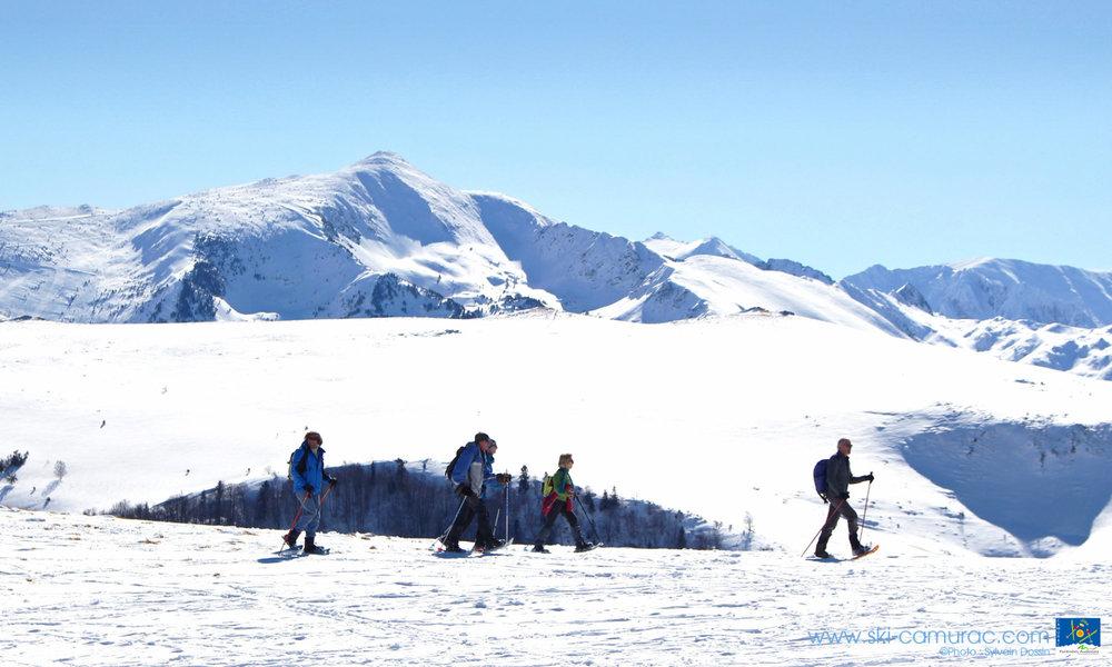 Conditions idéales (soleil et neige fraîche) sur les pistes de ski de Camurac - © Sylvain Dossin / Station de ski de CAMURAC