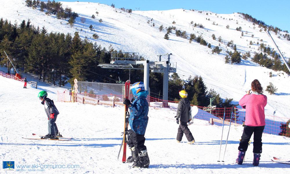 En ski ou en snowboard, à Camurac vos enfants évoluent en toute sécurité - © Sylvain Dossin / Station de ski de CAMURAC
