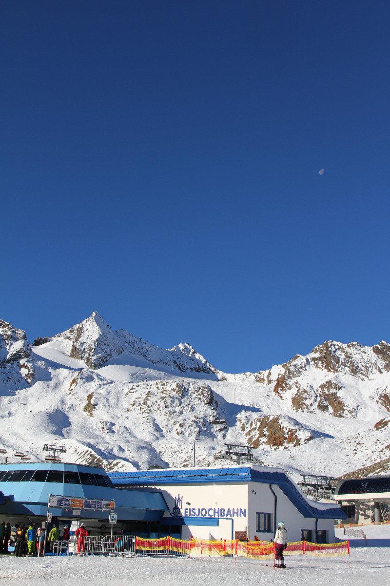 Dolna stacja 6-osobowej kanapy Eisjochbahn wwożącej narciarzy na wysokośc 3130m - © Skiinfo
