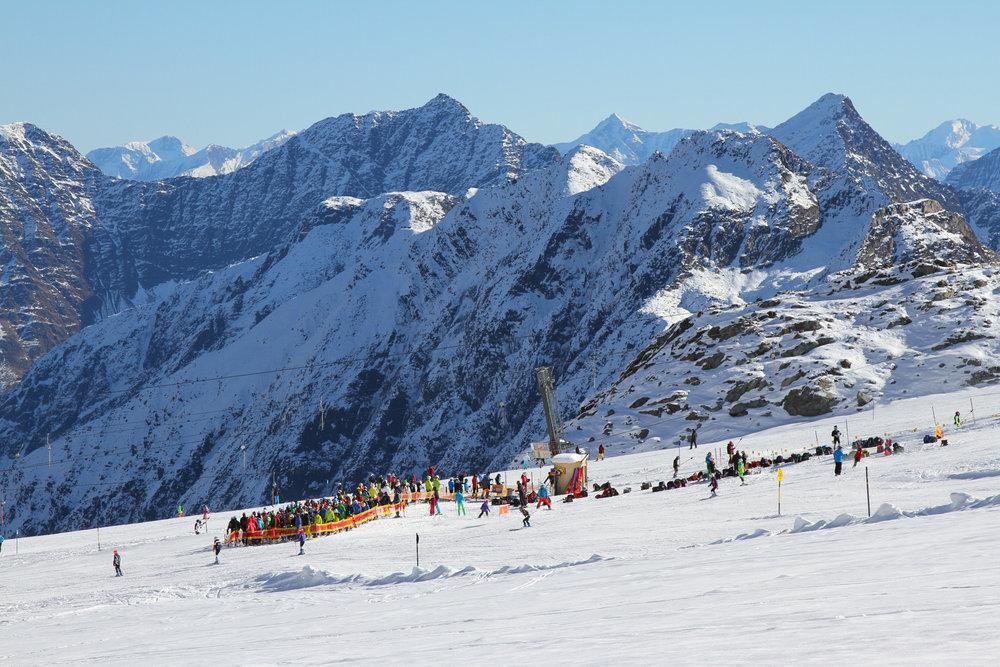 Choc to początek listopada na trasach lodowca Stubai jest całkiem sporo narciarzy. - © Skiinfo