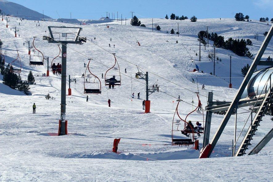 Conditions idéales (soleil et neige fraîche) sur les pistes de ski de Porte Puymorens - © Station de ski de Porte Puymorens