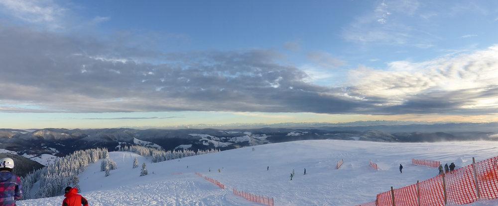 Ein weitläufiger Blick über das Skigebiet ergibt sich bei klarem Wetter - © Schwarzwaldregion Belchen