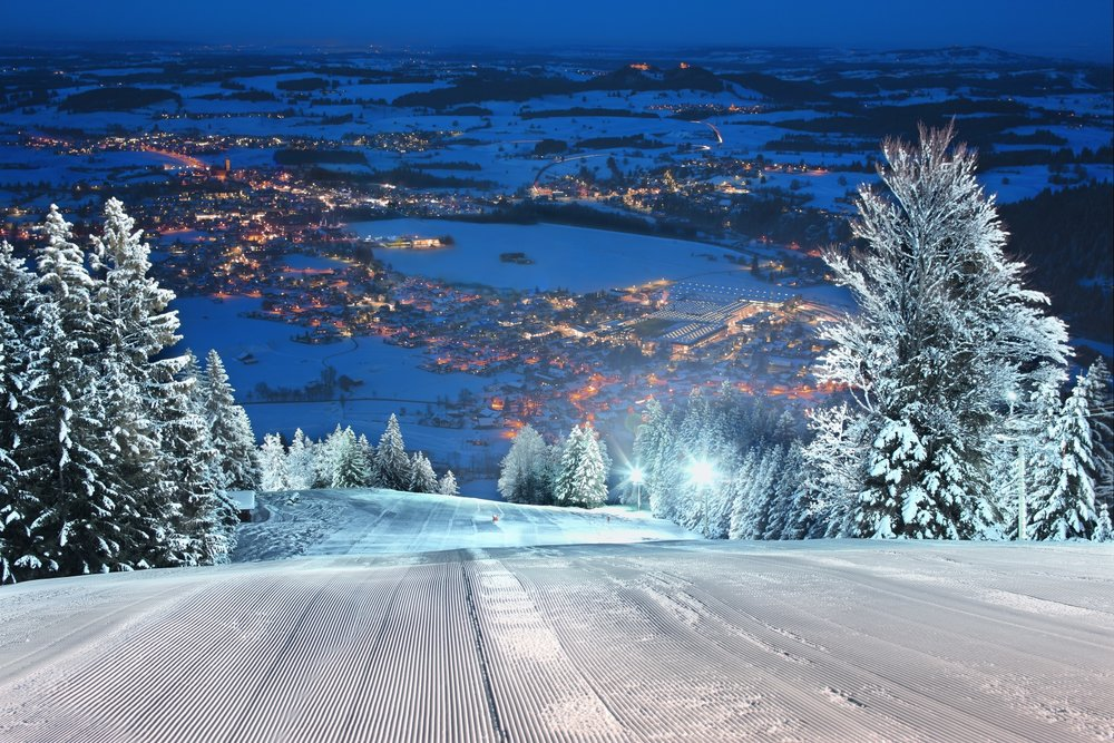 Eine der längsten Flutlichtanlagen im Allgäu bietet Skivergnügen bis spät in die Nacht - © Pfronten Tourismus