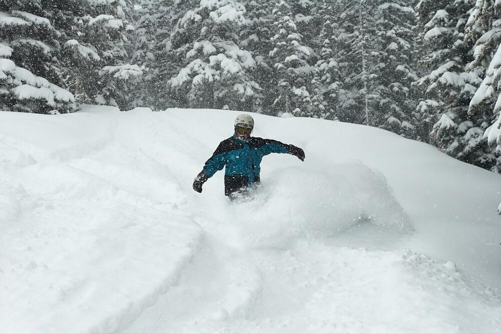 Un snowboarder dans la poudreuse à Aspen.