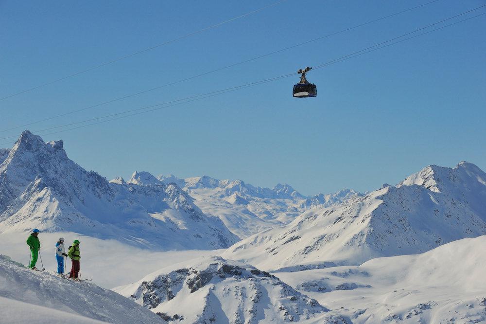 Skifahrer vor Panorama mit Vallugabahn in St. Anton am Arlberg - © TVB St. Anton am Arlberg / Josef Mallaun