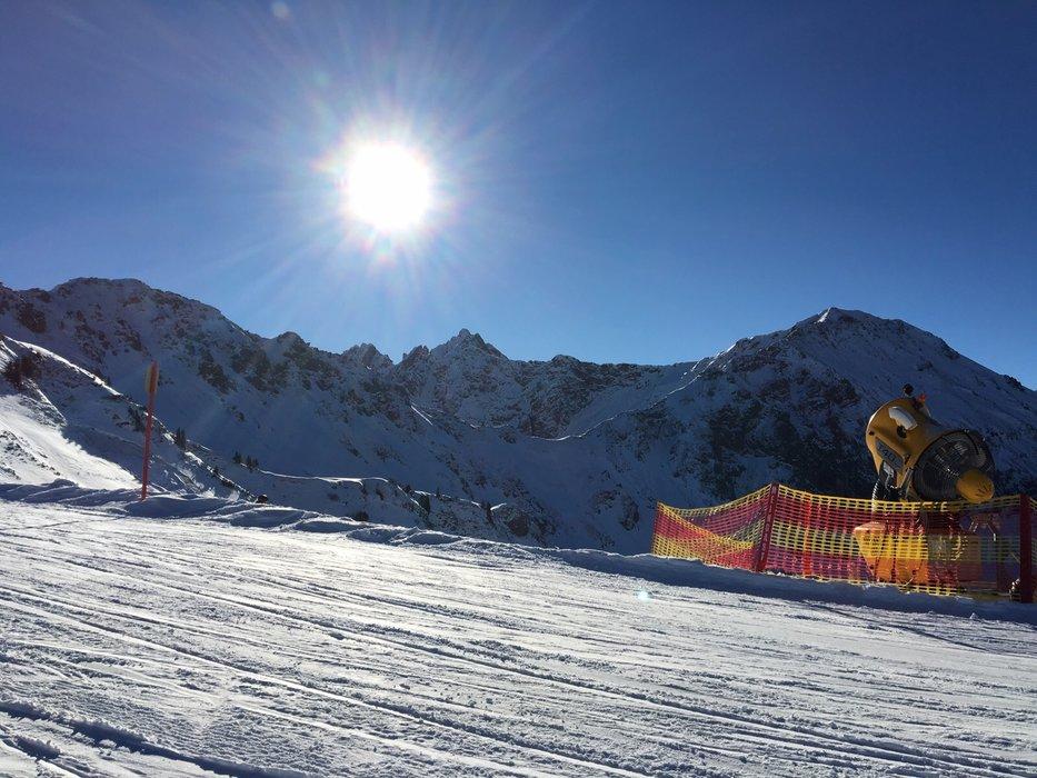 Eine Beschneiungsanlage im strahlenden Sonnenschein in Fellhorn-Kanzelwand - © Kleinwalsertal Tourismus