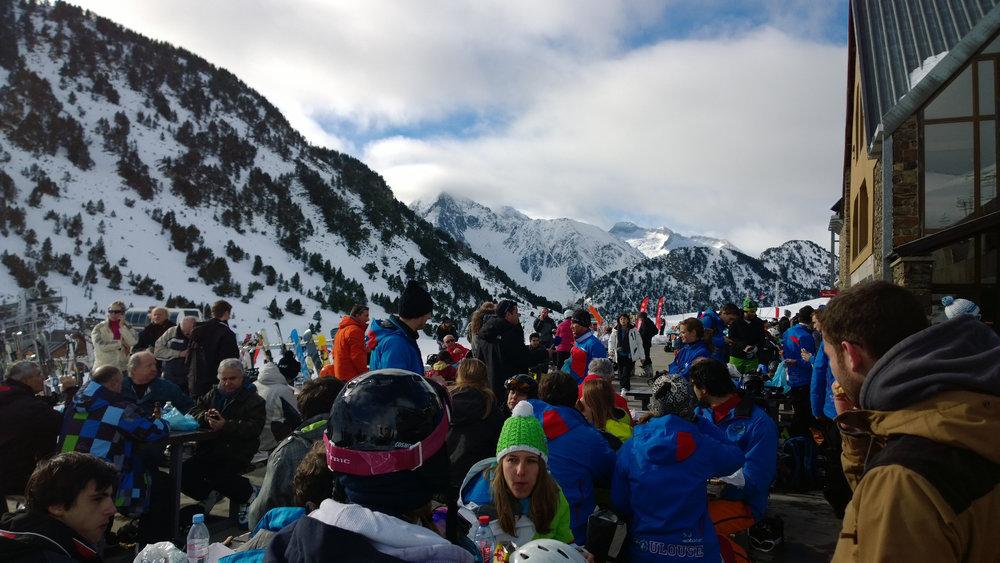 Une petite pause en terrasse avant de rechausser les skis sur le domaine de Saint Lary - © Office de Tourisme de Saint-Lary