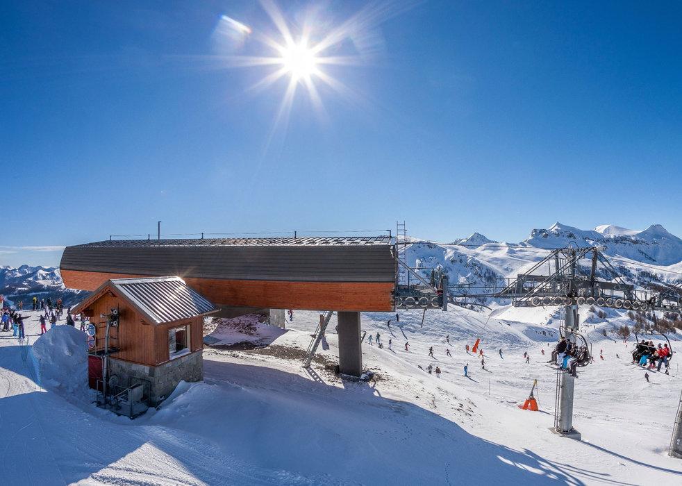 Sur les pistes de ski d'Auron, au sommet du télésiège Bercia - © R. PALOMBA / Stations du Mercantour