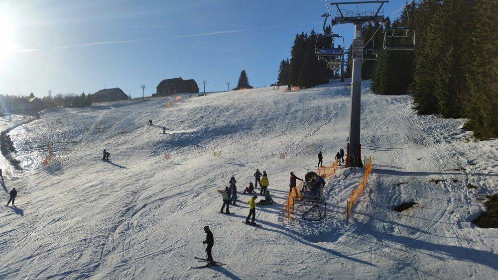 Prosluněné svahy v Peci pod Sněžkou 20.12.2015 - © facebook SkiResort Černá hora - Pec