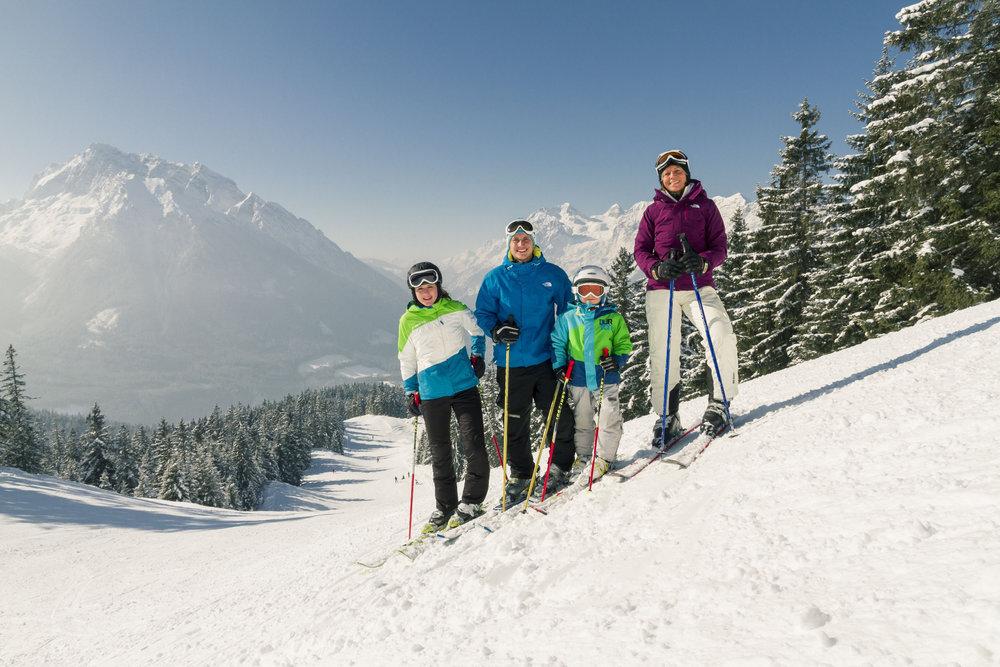 Für 56,00 EUR ist eine Familie mit 2 Kindern im Skigebiet Hochschwarzeck einen Tag auf der Piste. - © Berchtesgadener Land Tourismus