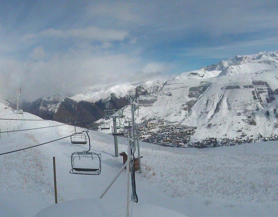 La station des 2 Alpes revet sa tenue d'hiver pour notre plus grand plaisir...