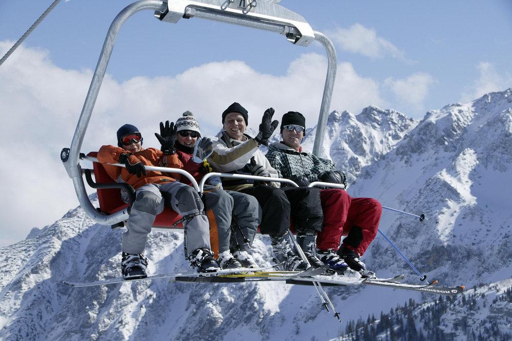 Mit der Allgäu Tirol Ski Card fängt das große Skivergnügen gleich an der Grenze an - © Pfronten Tourismus